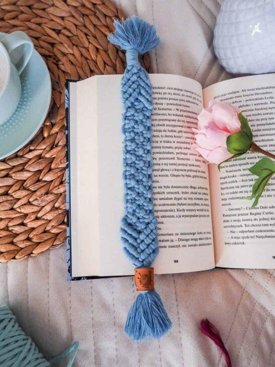 niebieska makramowa zakładka do książki